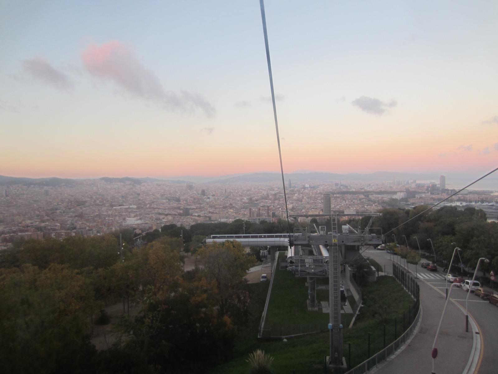 Der Blick aus der Gondel auf den Montjuïc.